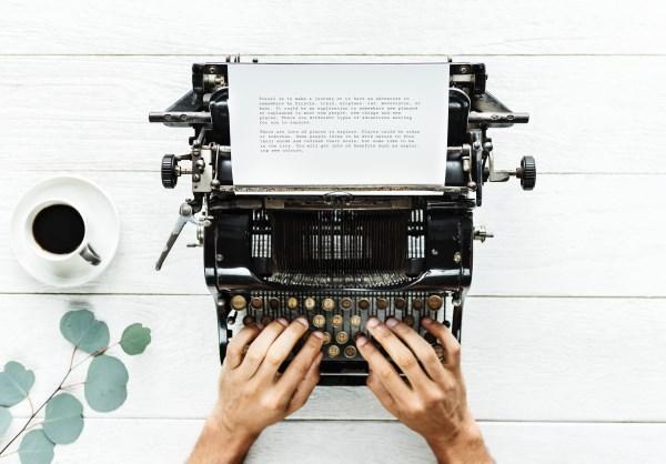 Schreibmaschine als Symbol für SMS und Briefe